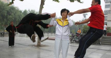 被稱太極拳「最強推手」女師傅,片中手一發勁就把10人震飛!網友:「徐曉冬別惹她!」