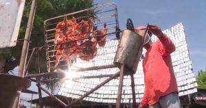 男子架1000面鏡子來「反射陽光」烤雞,12分鐘後笑他蠢的村民都跪求試吃...(影片)