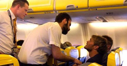 空少激動問乘客「袋子裡面是什麼?」開始爭執,過沒多久整機的人開始歡樂大合唱!(是真的)
