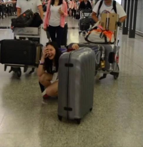 太想念出國一個禮拜的女兒,甄子丹夫婦機場「華麗迎接」讓女兒直接笑倒在地! (圖 + 影片)