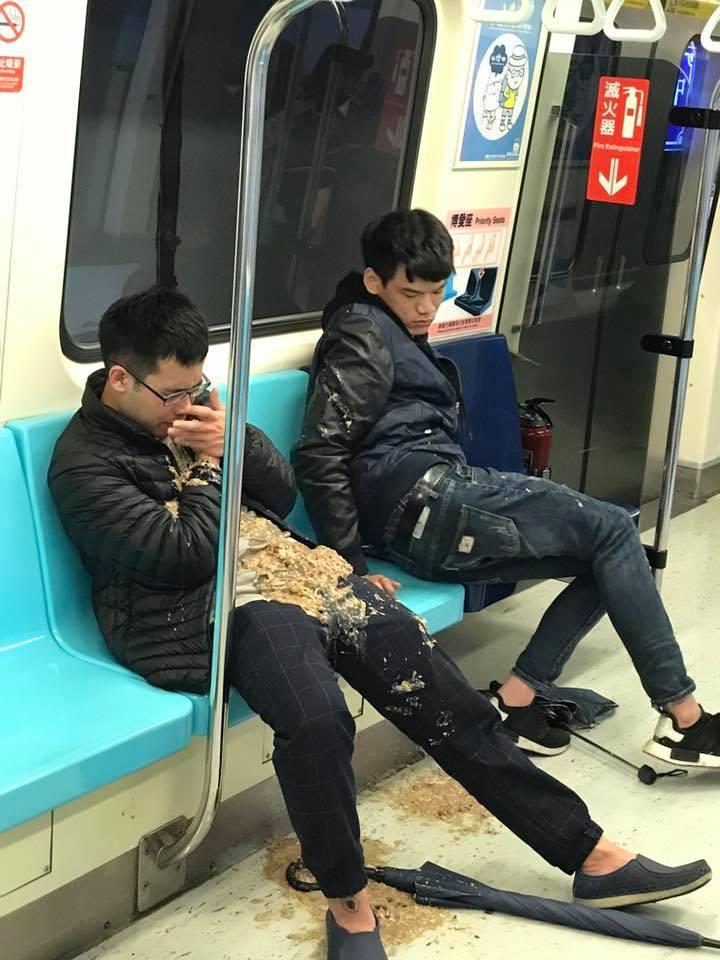 2醉男北捷上輪流嘔吐在對方身上,成為「台灣最噁風景」。