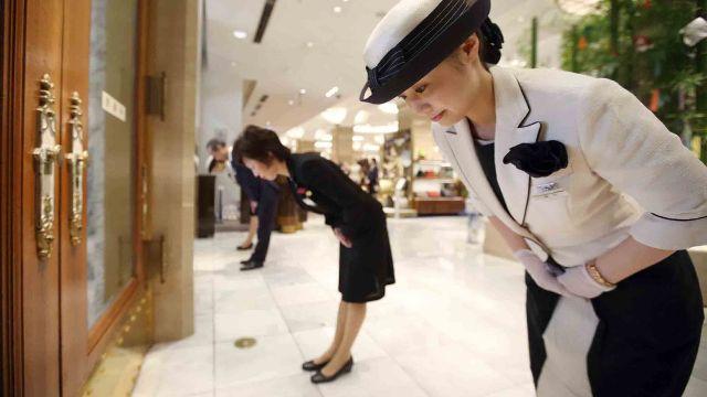 顧客寫投訴單「看到男同志牽手很噁心」威脅處理!公司90度鞠躬:「永久黑名單」!