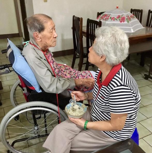 失智爺爺「終於想起深愛老伴名字」,奶奶馬上衝進房間說了「好乖~好乖~」讓全網淚崩...