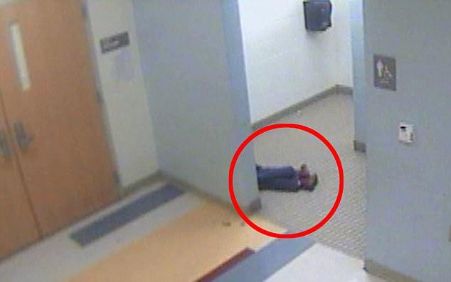 8歲男童「被霸凌打到昏倒」後一直躲在房間,2天後媽媽打開房門整顆心都碎了...