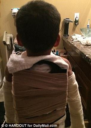 7歲童遭狠父繼母「綁砧板蒙眼暴打」極刑虐死,連「死掉後的屍體」都不放過...