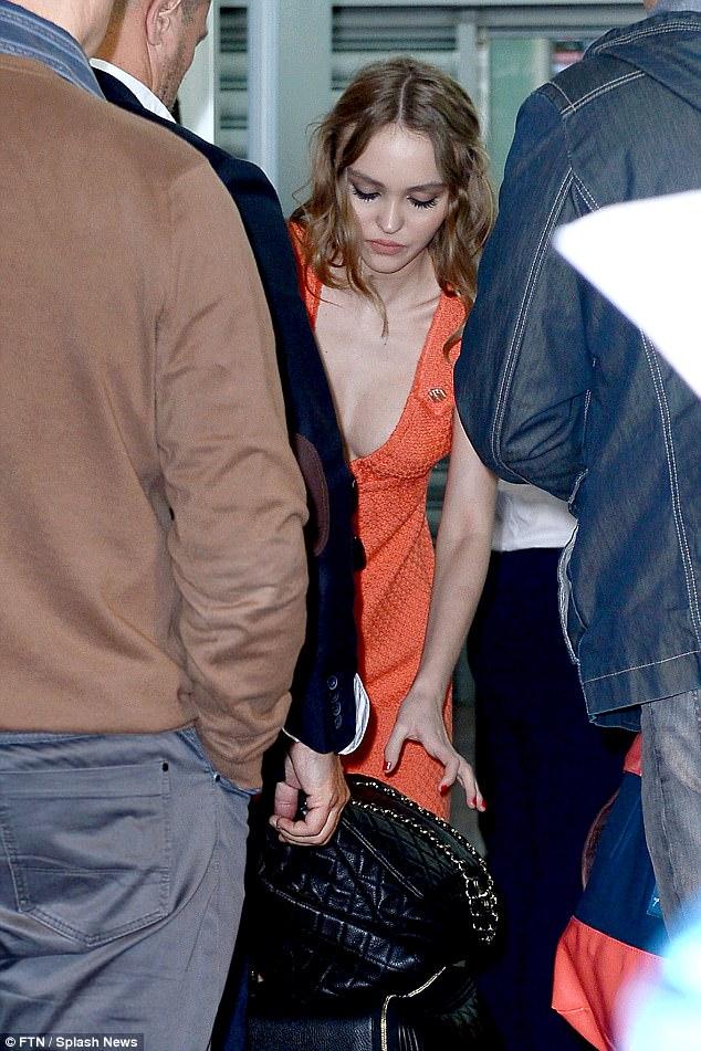 強尼戴普17歲女兒走上影展紅毯,穿著兩邊開岔禮服配上「無胸罩主義」網友秒儲存!