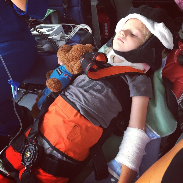 5歲女孩「全身是血」懸崖邊攔車求救,沒人信她在那時已經「救了全家人的性命」。