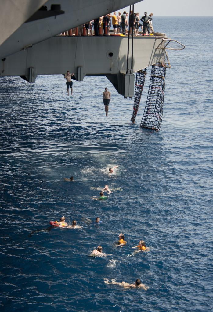 28張跌破你眼鏡的「美國海軍瘋狂生活照」,放鬆時的活動根本比開派對還要爽!