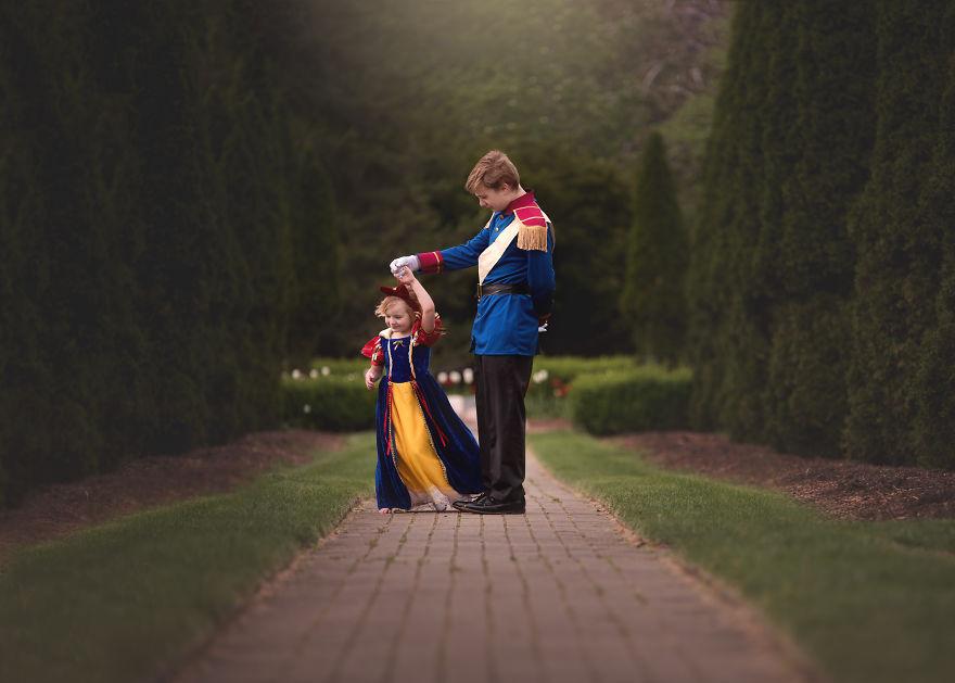 13歲憂鬱症哥哥想要「完成5歲妹妹心願」,最萌身高差「扮演王子公主」讓網友都哭了!