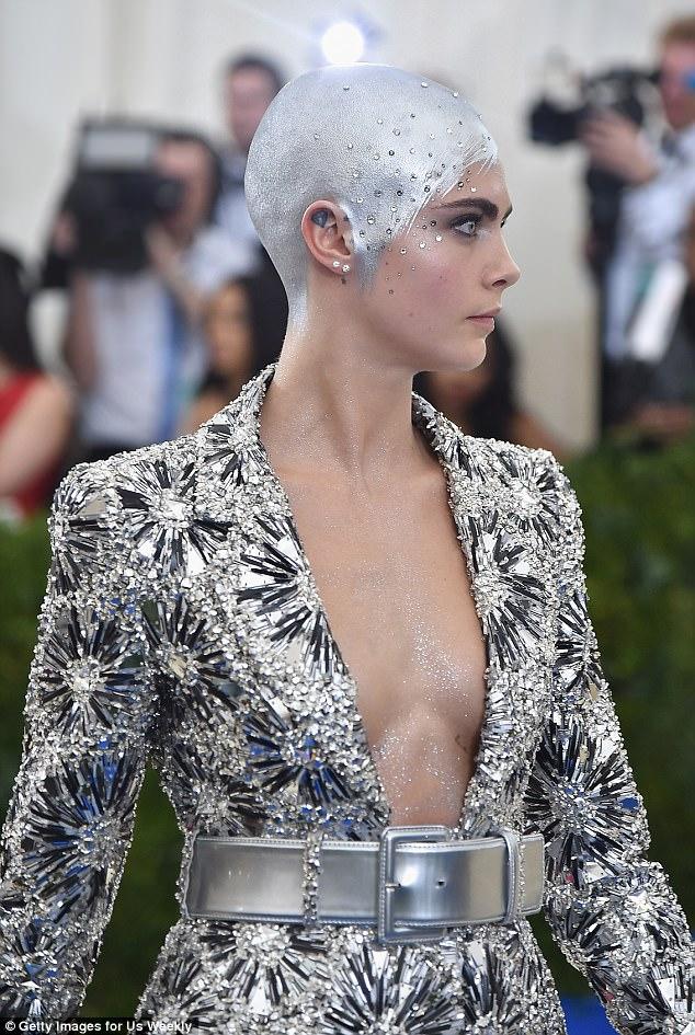 超模Cara Delevingne「直接把光頭塗成銀色」全場震驚,轉過來「近看」會讓你馬上瞎掉!