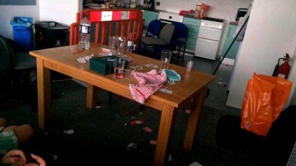 19歲正妹參賽得到「最髒亂房間冠軍」,「廚房區域」評審看到都快要不行了! (15髒)