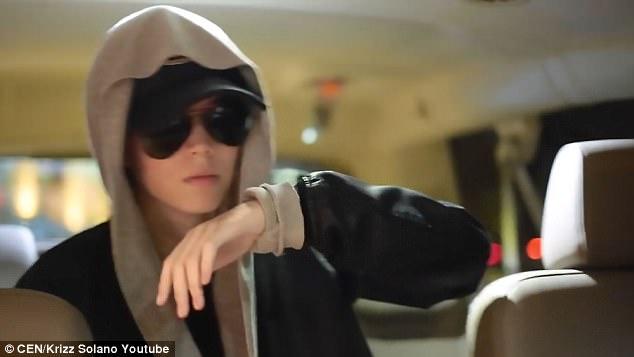 正妹「假扮小賈斯汀」請了兩個保鏢到購物中心,路人看到後「做出超瞎眼行為」!(影片)