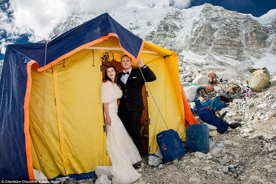 情侶花一年爬上聖母峰拍下地表最高絕美婚紗照,「幕後另類浪漫」讓你大開眼界!(17張)