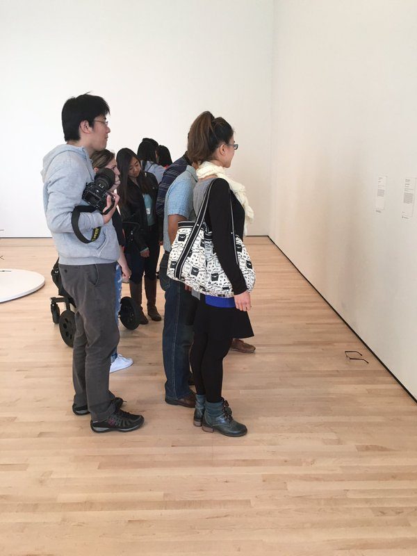 學生跑進藝術展覽中放一個鳳梨,隔天再回去的時候「就發現藝術有多白痴」!