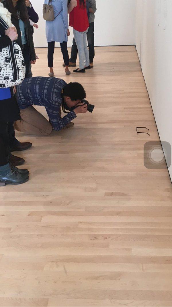 學生在藝術展覽裡「放一個鳳梨」 隔天再回去「才發現藝術有多白痴」!