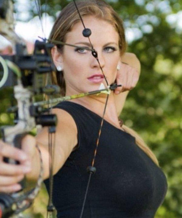 30幾張會讓你立刻對射箭充滿興趣的「辣妹射箭照片」。