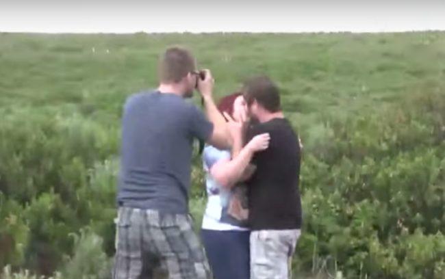 不是普通的求婚照!看到背景網友罵:「是不要命了嗎?」