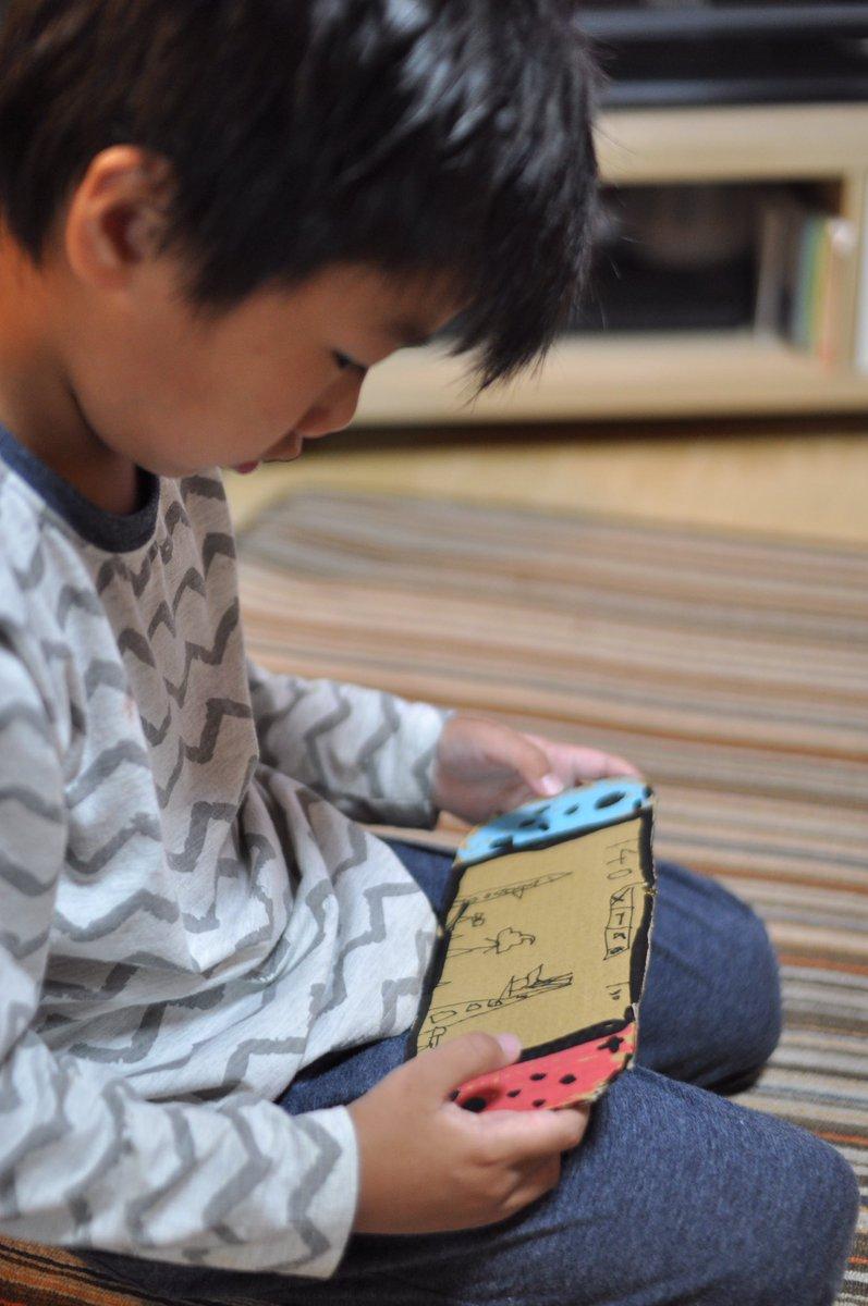 兒子DIY紙板遊戲機「被日本老爸大升級」 兒子發現後反應讓你微笑整天!