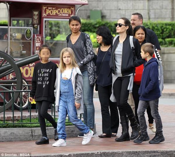 野生安潔莉娜裘莉在迪士尼帶小孩玩被捕捉,11歲的大女兒超帥氣根本就是「老爸的複製人」!