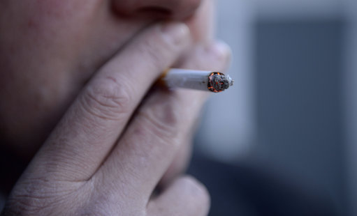 46歲男乘客「躲飛機廁所抽菸」判入獄9年!