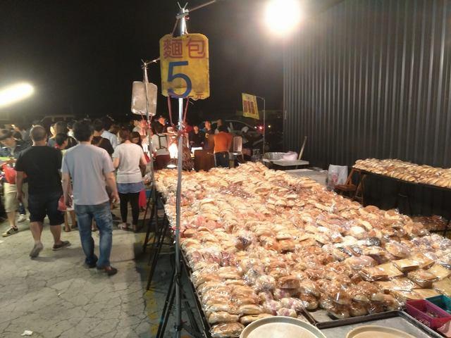 夜市「一個麵包5元」是怎樣辦到的?網友透露「背後真正原因」!