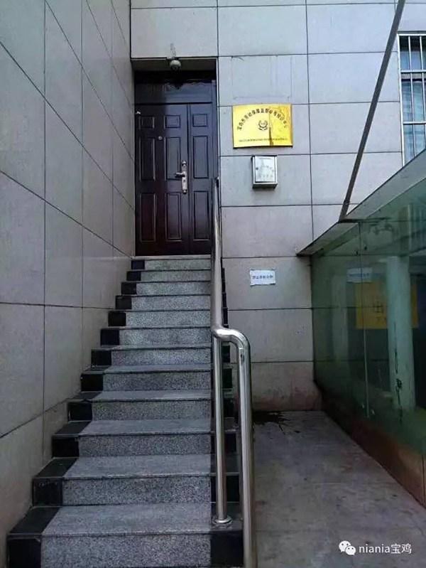 中國寶雞市的投訴箱「離地3公尺」民眾根本沒辦法投訴,網友瞎眼:「是給姚明用的?」
