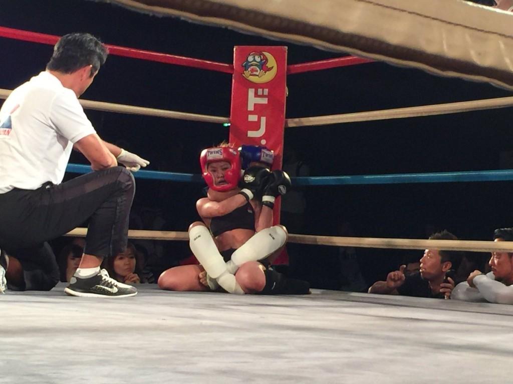 12歲小女孩在第一場比賽「成功擊敗」24歲職業級自由搏擊打手!創下了歷史性的一刻。