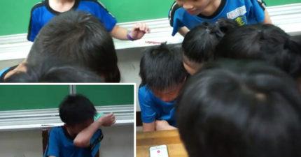 老師竟允許學生「上課時打手機」,「電話一接起來」全班小朋友瞬間爆哭!(影片)