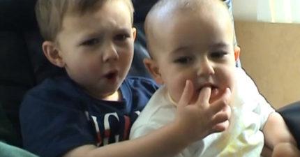 「查理咬我」爆紅小兄弟長大了!10年後兄弟倆「高顏值帥模樣」電力十足大賺千萬!(影片)