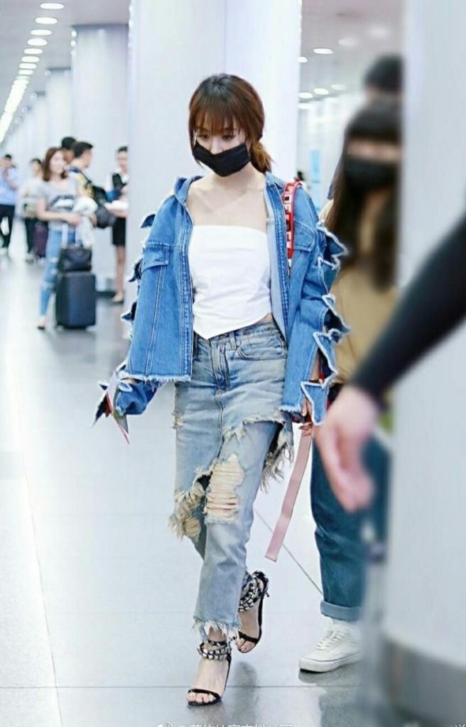 蔡依林現身機場「下半身這樣穿」展現時尚,小露性感網友:「不如不穿」!(12張)