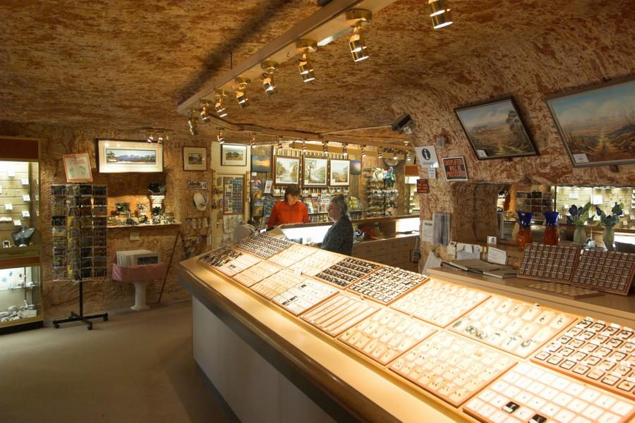 外面看只有一個牌子,爬進洞裡有一整個「地底城市」!擴大自己房間都會挖到鑽石「珠寶店超酷」!