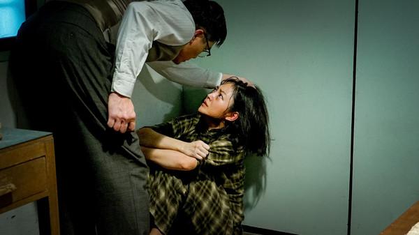 女星拍黃秋生新片輪姦戲碼男星:「她又瘦又輕」,她崩潰:「沒想到他真的用力...」