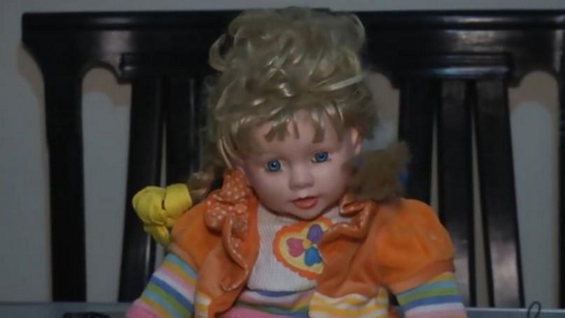 收養「恐怖娃娃」後這家人早上身上就常出現傷痕和瘀青,看祂的行為他們都有了猜測...