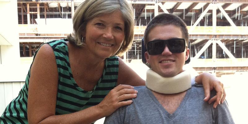 母親22年陪「四肢癱瘓兒子」上每一堂課抄筆記,畢業典禮上學校送她「最驚喜的回報」!