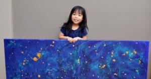 5歲小女孩畫作美到大家收藏「已賣出上百張」,賺到的錢不花全捐「溫馨用途」!
