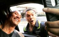 粉絲在路上看到巨石強森開心到「跳車」,他超溫馨提醒網友給他131萬個讚!
