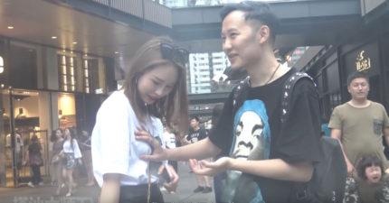 搭訕大師在街頭「假魔術」讓女生甘願被揉胸,摸完多位正妹的胸部被網友們通緝!(影片)