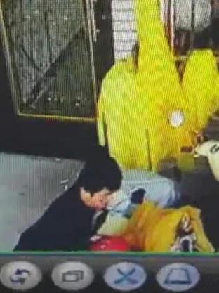 出門看到機車坐墊髒髒的,她調監視器才發現「被性侵」!