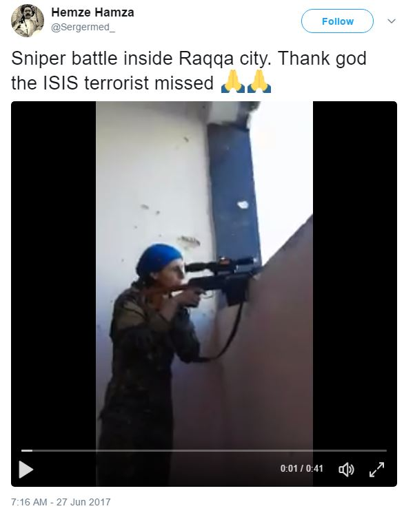 殺不死的女狙擊手!與IS份子「互射對決」差5cm被爆頭,「撇頭閃子彈」俏皮吐舌繼續殺!(影片)