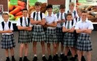 男學生抗議夏天只能穿制服長褲,30人一起「穿裙子」跟學校抗爭「大革命成功」!