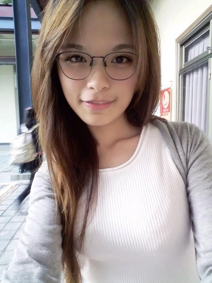 清純帶眼鏡就不胸嗎?台灣這位讓網友直呼:「重點根本不在眼鏡!」(24張)