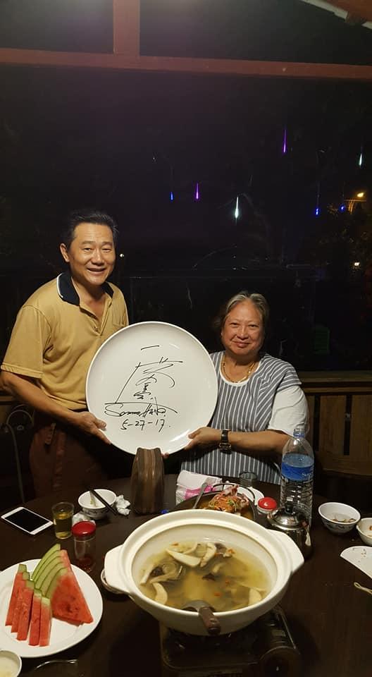 捕獲「野生洪金寶」在宜蘭度假!隨興「白汗衫」拍照簽名來者不拒沒有巨星架子!