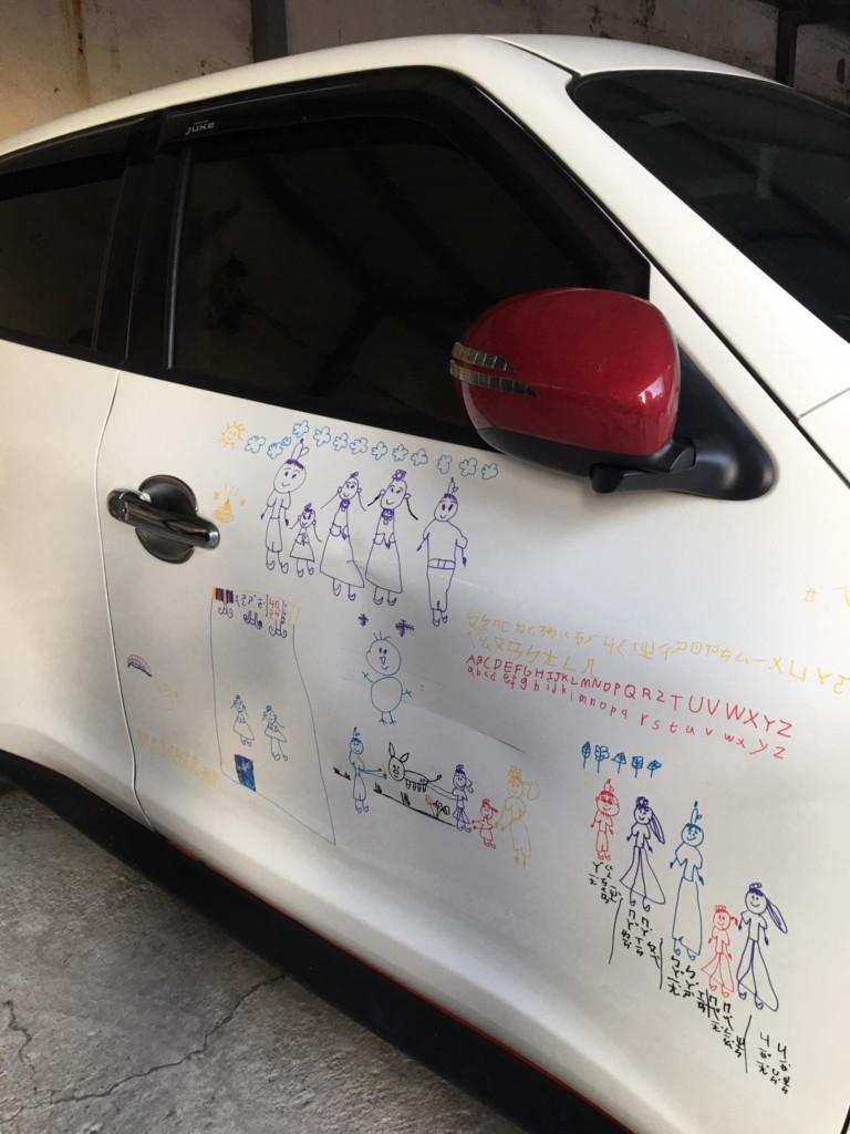 暖爸授權女兒「把愛車當畫布」塗鴉,自己「加入戰局」得意還貼膜永久保存!(畫裡藏洋蔥)