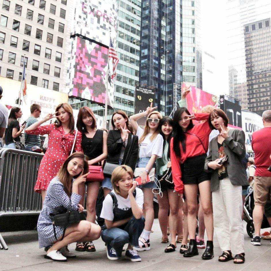 紐約時代廣場團體大跳夯歌「TT」,子瑜、定延「零掩飾」素顏走過沒人認出!(影片)