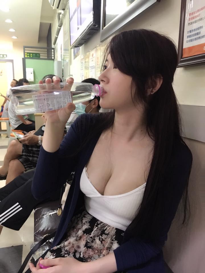 超正妹在醫院「喝水照」煞到網友臉紅心跳加速,正面照讓男生都鎖門了! (20張)