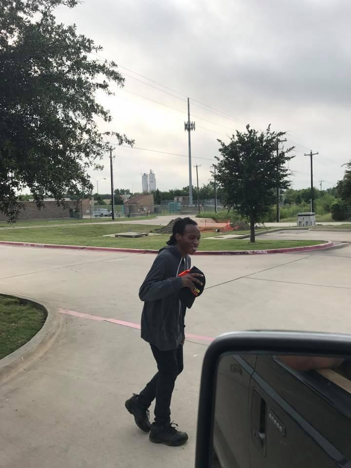 他每天上下班「徒步走5公里」努力存錢買車,好心人決定「給他最噴淚驚喜」!(影片)