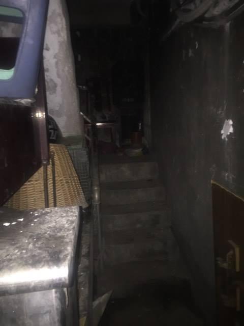 外送員深夜送餐來到「廢墟」,房子焦黑門自動開「鞋裡滿滿玩偶」,半路撞到...超驚悚!