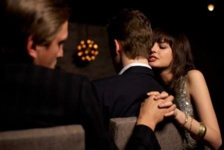 老婆嫌老公醜到處搞外遇想離婚,男子猛吃壯陽藥「狂上外遇老婆」發現時狀況差到連警察都看得難過。