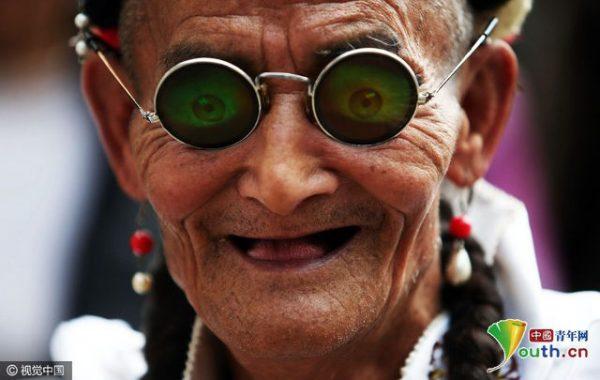 7旬「潮爺爺」每逢周末都在鬧區變女生,「超感人」一切都是為了96歲的母親!