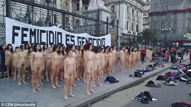 120名女子在阿根廷總統府前「全裸+尖叫」場面超震撼,再不這樣做死的就是她們!